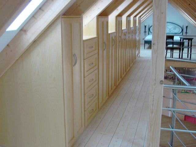 Einbauschränke im Dachstuhl